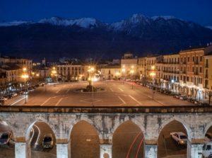 Sulmona piazza Garibaldi e Monte Morrone
