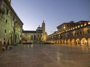 Ascoli Piceno Piazza del popolo notturna