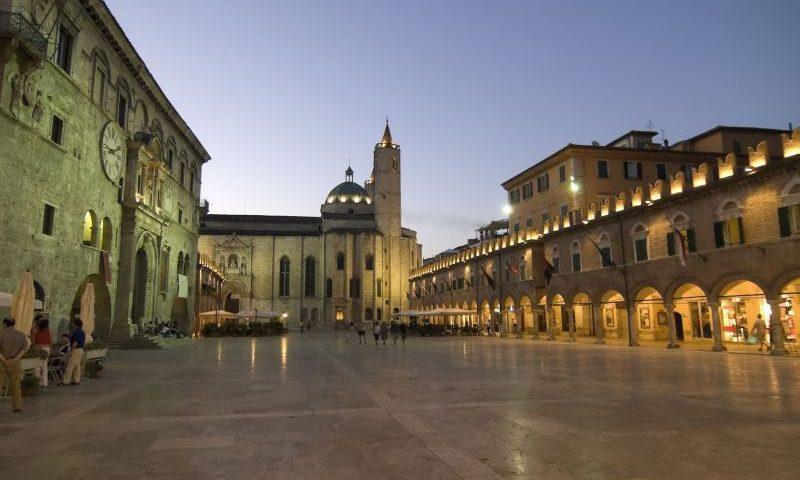 Piazza_del_Popolo_Ascoli_Piceno_notturna
