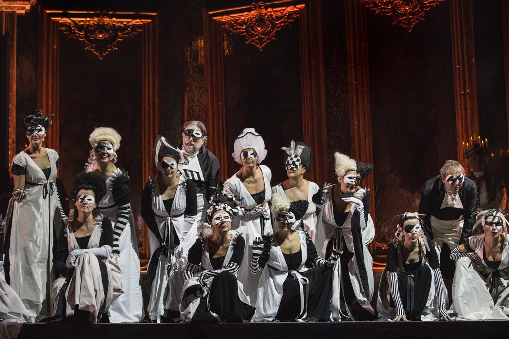 Ballo-in-maschera-regia-di-Leo-Muscato_Insieme-®-Yasuko-Kageyama-Opera-di-Roma-2015-16_4068-WEB